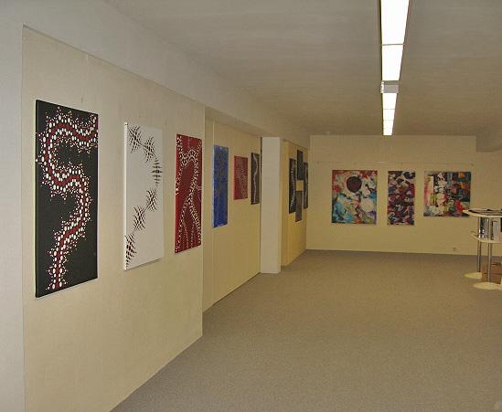 Links die Werke von Jakob Hronek, hinten die von Claudia Platz