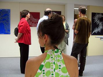 ...aber auch diese Besucherin, die passend zu den Bildern von Jakob Hronek ein Kleid mit Punkten angezogen hatte!